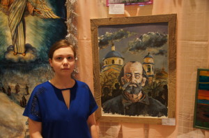 Автор рядом со своей работой